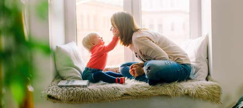 İzmir evden eve nakliyat hizmetleri veren İzmir Yalı Nakliyat firmamızın hizmetlerimiz sayfası için kullanılan görselde, firmamızın şehirler arası taşımacılık hizmetini almış mutlu bir anne ve bebeği var.