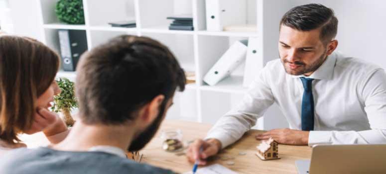 Evden eve nakliyat İzmir firmaları nasıl olmalı sorusu için kullanılan görselde, müşteri ile nakliyat firma yetkilisi anlaşma sağlıyor.