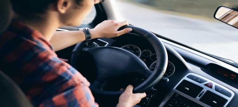 Evden Eve Nakliyat İzmir Firmaları başlığı için kullanılan görselde, İzmir Yalı Nakliyat firması şoförümüz kamyon sürüyor.