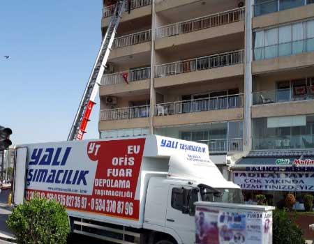 İzmir evden eve nakliyat taşımacılık ve fuar taşımacılığı hizmetleri veren firmamızın öne çıkarılmış görselinde, müşterinin eşyaları asansör ile 5. kata çıkartılıyor.