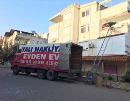 İzmir fuar taşımacılığı hizmetleri veren firmamızın bu görselinde, müşterinin eşyaları asansör ile yukarı çıkartılıyor.