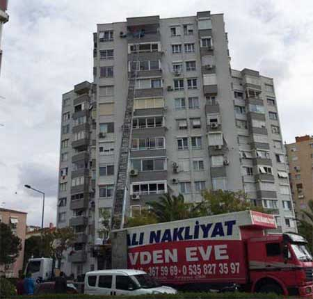 Karşıyaka şehirler arası evden eve nakliyat için kullanılan görselde, müşterimizin eşyaları asansörümüz ile kamyona yükleniyor.
