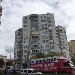 İzmir evden eve nakliyat firmaları yazısı için kullanılan görselde, İzmir Yalı Nakliyat firmamıza ait asansörle müşterimizin eşyaları 7. kattan aşağıya taşınıyor.