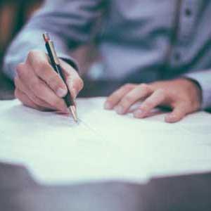 İzmir evden eve nakliyat firmaları yazısı için kullanılan görselde, İzmir Yalı Nakliyat firmamız ile müşterimiz arasında sigortalı taşıma sözleşmesi imzalanıyor.
