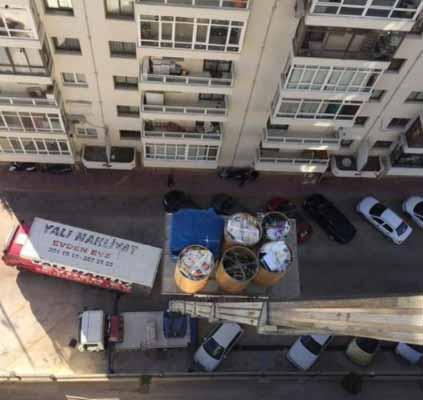 İzmir evden eve nakliyat hizmetlerimiz için kullanılan görselde, müşterimizin eşyaları İzmir Yalı Nakliyat firmamıza ait asansörle aşağıya indiriliyor.