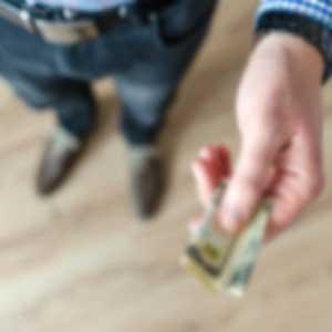 İzmir evden eve nakliyat firmaları ek ücret talep etmemeli konusu için kullanılan görselde, bir müşteri nakliyat firmasına ekstra para ödüyor.