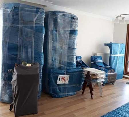 Karşıyaka şehir içi nakliyat başlığı için kullanılan görselde, İzmir Yalı Nakliyat tarafından paketlenen eşyalar taşınmayı bekliyorlar.