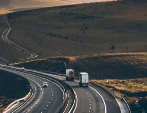 Şehirlerarası Bornova evden eve nakliyat için kullanılan görselde, kamyonumuz Bornova'dan İstanbul'a müşterimizin eşyasını taşıyor.